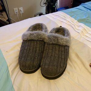 Ladies house shoes w sole. Ladies size 9.5.